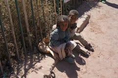 Bambini sorridenti sulla strada in Etiopia Fotografie Stock