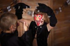 Bambini spaventosi divertenti con i fronti dipinti, concetto di Halloween Immagine Stock