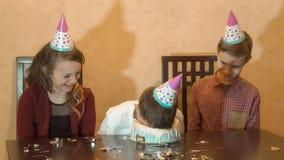 Bambini spensierati ad una festa di compleanno fronte dunked ragazzo nella torta di compleanno Concetto di celebrazione di famigl fotografia stock libera da diritti