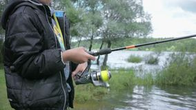 Bambini su pesca Resto sul lago archivi video