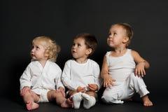 Bambini su priorità bassa nera Immagini Stock Libere da Diritti
