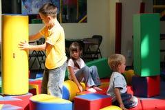 Bambini su un campo da giuoco Immagini Stock Libere da Diritti