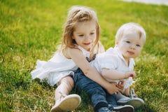 Bambini su un'erba immagine stock libera da diritti