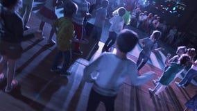 Bambini sul dancing di scena con gli attori davanti ai genitori nella stanza di evento dello Sb archivi video