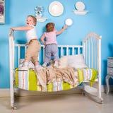 Bambini sul letto Fotografie Stock