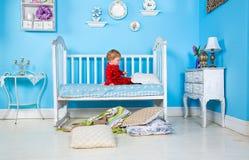 Bambini sul letto Immagini Stock