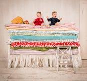 Bambini sul letto - principessa ed il pisello. Fotografia Stock