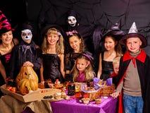 Bambini sul partito di Halloween che produce zucca Fotografia Stock Libera da Diritti