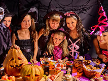 Bambini sul partito di Halloween che produce zucca Fotografie Stock Libere da Diritti