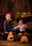 Bambini sul partito di Halloween con le zucche Fotografia Stock