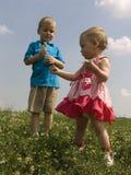Bambini sul prato Fotografie Stock Libere da Diritti