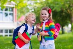 Bambini sul primo giorno di scuola Fotografia Stock