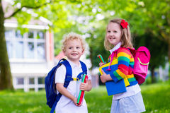Bambini sul primo giorno di scuola Immagini Stock