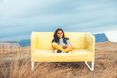 Bambini sul sofà all'aperto immagine stock