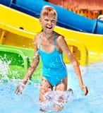 Bambini sull'acquascivolo a aquapark. Fotografie Stock Libere da Diritti