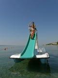 Bambini sulla barca del pedale in mare 1 Immagini Stock Libere da Diritti