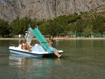 Bambini sulla barca del pedale in mare 3 Immagini Stock Libere da Diritti