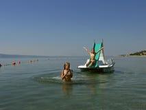 Bambini sulla barca del pedale in mare 5 Fotografia Stock