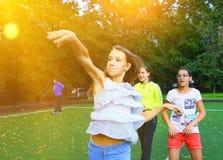 Bambini sulla concorrenza di lancio della palla di sport all'aperto Immagine Stock