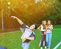 Bambini sulla concorrenza di lancio della palla di sport all'aperto Fotografie Stock Libere da Diritti