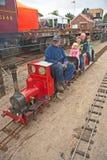 Bambini sulla ferrovia di modello del vapore Fotografia Stock
