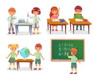 Bambini sulla lezione della scuola Gli allievi delle scuole primarie sulle lezioni di chimica, imparano il globo di geografia o s illustrazione di stock