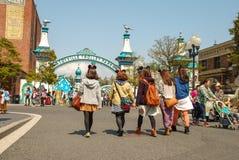 Bambini sulla passeggiata nel mare di Tokyo Disney. immagine stock