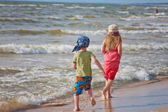 Bambini sulla spiaggia fotografia stock libera da diritti