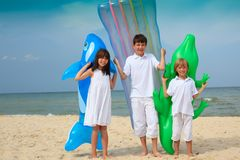 Bambini sulla spiaggia con i inflatables fotografie stock libere da diritti