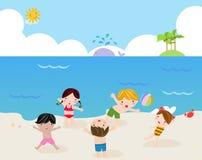 Bambini sulla spiaggia piena di sole Fotografia Stock Libera da Diritti