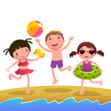 Bambini sulla spiaggia piena di sole Immagini Stock Libere da Diritti