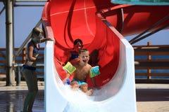 Bambini sulla trasparenza di acqua a aquapark Fotografia Stock