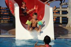 Bambini sulla trasparenza di acqua a aquapark Fotografie Stock Libere da Diritti
