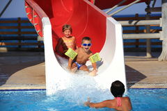 Bambini sulla trasparenza di acqua a aquapark Fotografie Stock