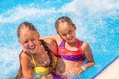 Bambini sulla trasparenza di acqua a aquapark Immagine Stock