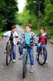 Bambini sulle biciclette Fotografie Stock