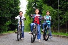 Bambini sulle biciclette Fotografia Stock
