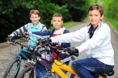 Bambini sulle biciclette Immagine Stock