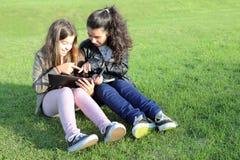 Bambini sulle reti sociali Fotografie Stock Libere da Diritti