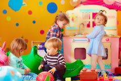 Bambini svegli che giocano con i giocattoli nel gruppo della scuola materna di asilo Immagine Stock Libera da Diritti