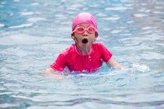Bambini svegli che giocano i giochi dello sport acquatico in stagno immagini stock