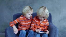 Bambini svegli che giocano su Smartphone stock footage
