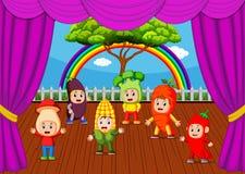 Bambini svegli che indossano le collezioni di verdure del costume royalty illustrazione gratis