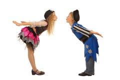 Bambini svegli che stanno in costume del pirata per il travestimento Immagine Stock