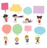 Bambini svegli con i fumetti, l'insieme di diversi bambini e le nazionalit? differenti con i fumetti isolati su fondo bianco royalty illustrazione gratis