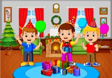 Bambini svegli nel salone durante il natale royalty illustrazione gratis