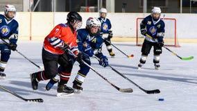 Bambini tedeschi che giocano hockey su ghiaccio fotografia stock libera da diritti