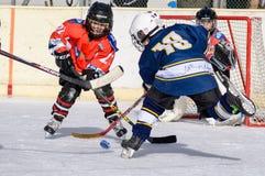 Bambini tedeschi che giocano hockey su ghiaccio Immagini Stock