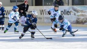 Bambini tedeschi che giocano hockey su ghiaccio Fotografia Stock