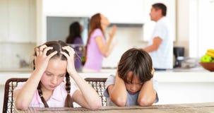 Bambini tristi che ascoltano il loro combattimento dei genitori video d archivio